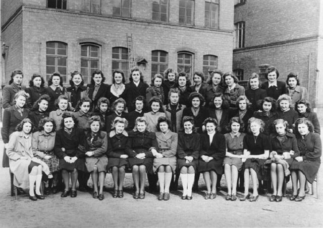 1944 / 1945: Berufsschule_für Schneiderinnen am Prenzlauer Berg in Berlin (Foto: aus Fotoband