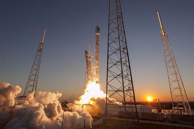 Im Gepäck den Deep Space Climate Observatory (DSCOVR) Satelliten. (Foto: SpaceX)
