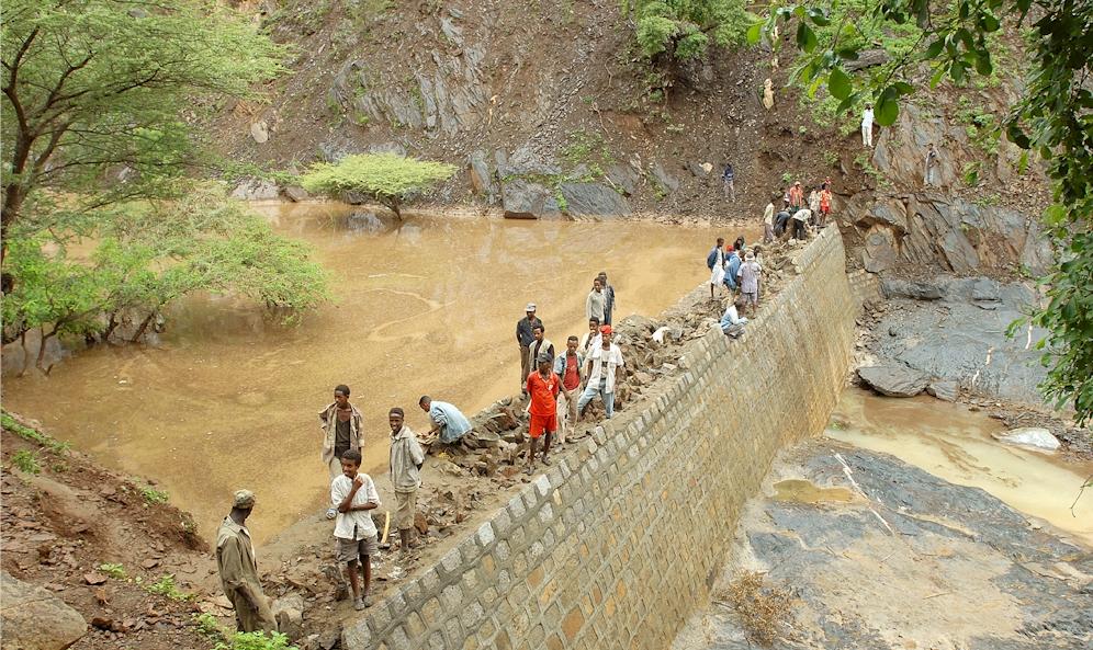 Rund 900 kleine Staudämme wurden in den vergangenen Jahren gebaut und sichern die Wasserversorgung. Foto: M. Zimmermann)