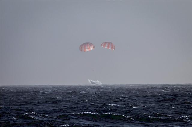 Viereinhalb Wochen nach der fünften offiziellen CRS- Mission in dei Umlaufbahn kehrt Dragon zur Erde zurück und landet mittels Fallschirm-unterstützter Wasserung vor der Küste  Süd-Kaliforniens. (Foto: /SpaceX)