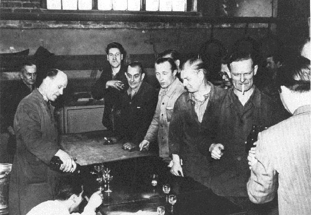 1956: Arbeiter bei der AEG in der Berliner Brunnestrasse (Foto aus Fotoband