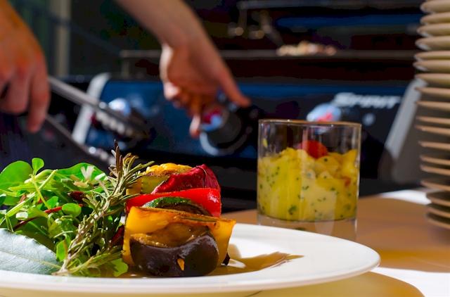 Das Regent-Barbecue mit Lammkoteletts, Gemüsespießen und Doradenfilets. Foto: Sandra Müller)