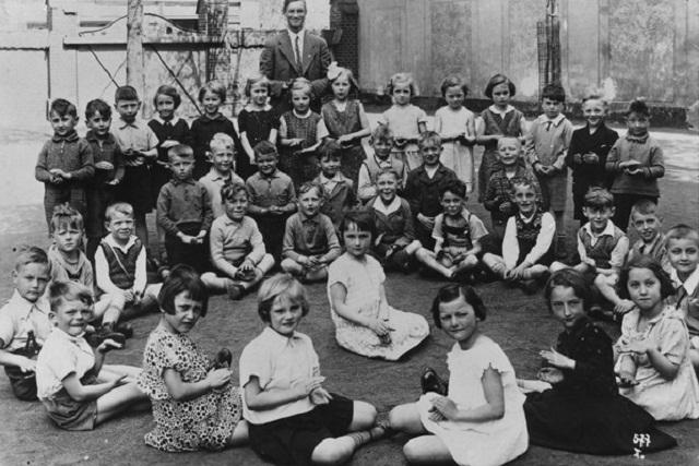 1933: Schulkinder in der Grundschule in Berlin-Gritz (Foto aus Fotoband