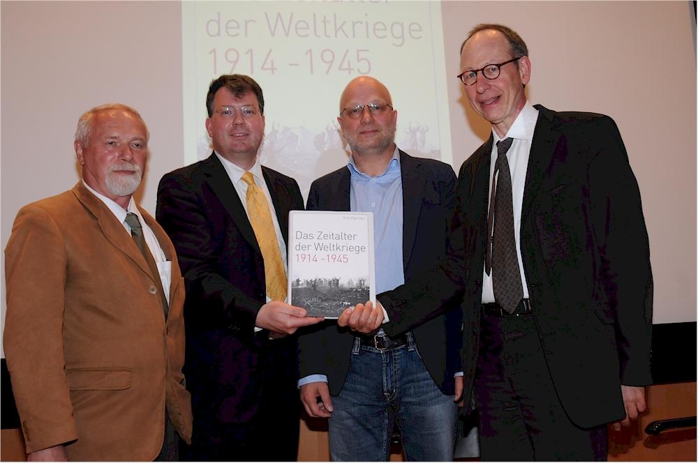 von li nach re: Dr. Rolf-Dieter Müller, Sven Felix Kellerhoff, Dr. Gerd Hankel und PD Dr. Ernst Piper. (Foto: Manfred Knopp)