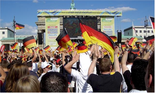 Fußball-WM Deutschand (Berlin) 2006 vor dem Brandenburger Tor (Foto: Manfred Lentz)