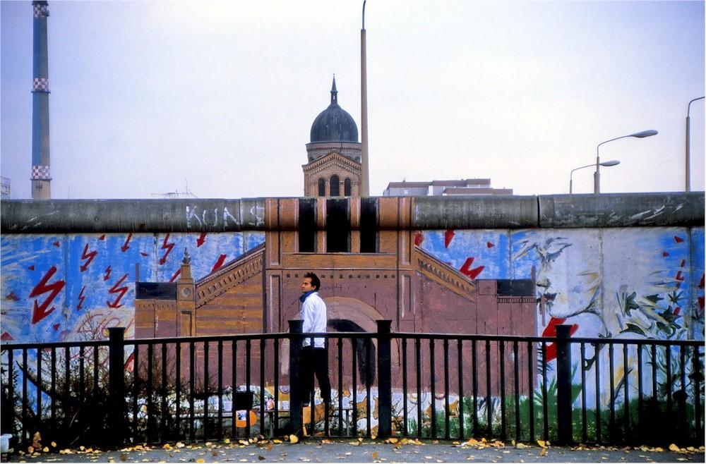 Yadegar Asisi bei der Bemalung der Berliner Mauer am Engelbecken 1987: Die kath. Kirche St. Michael wird visuell rekonstruiert (Foto © Dieter Palm)