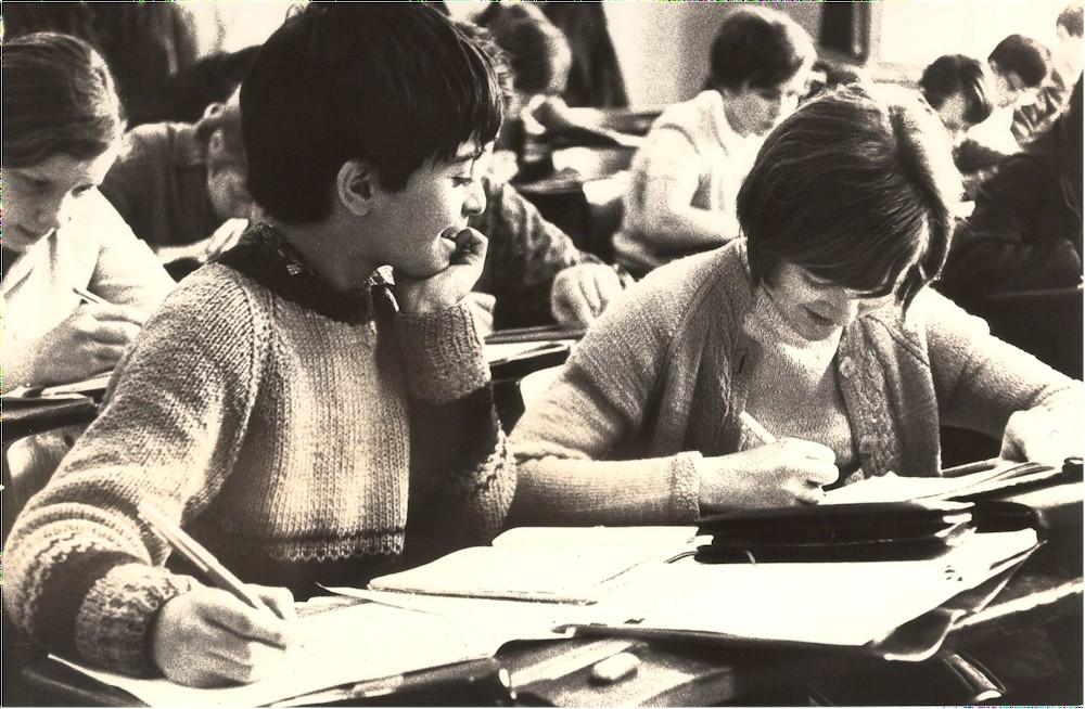 Yadegar Asisi und Mitschülerin 1968 im Schulunterricht in Leipzig (Foto Frank Voigländer)
