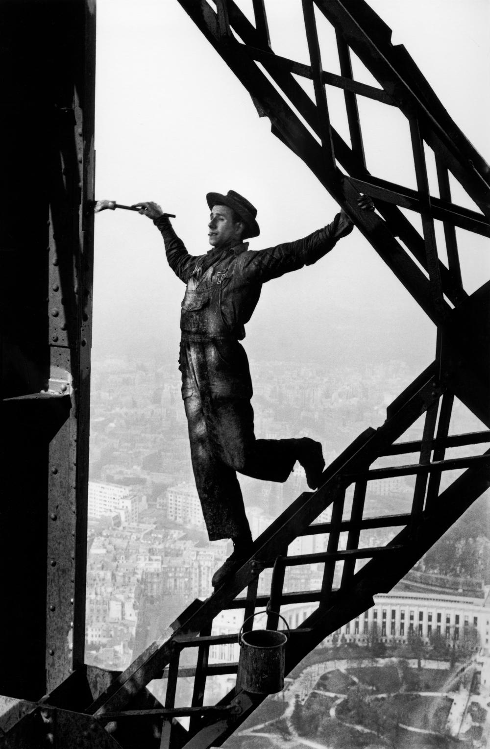 Maler auf dem Eifel-Turm in Paris 1953 - Alle Fotorechte: © Marc Riboud