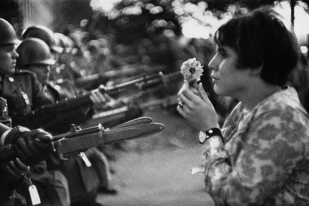 Junge Frau mit Blume während einer Demonstration gegen den Vietnam-Krieg in Washington D.C.(1967) - Alle Fotorechte: © Marc Riboud