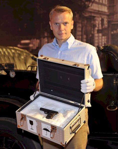 HGM-Direktor Dr. M. Christian Ortner präsentiert eine der Tatwaffen des Sarajewo-Attentats. (Foto: (Foto: Heeresbild- und Filmstelle)