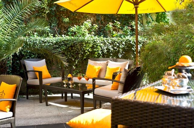 Die Summer Lounge Orange -  gesäumt von Palmen und Orangenbäumchen. (Foto: Regent Berlin)