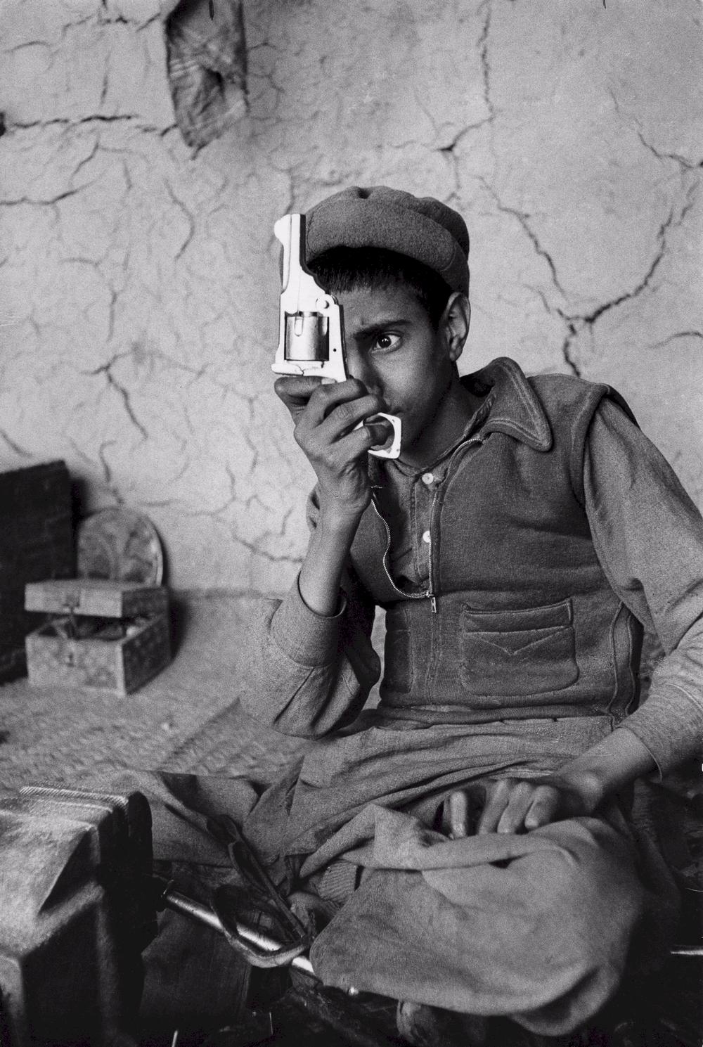 Junger Arbeiter in einer Waffenfabrik in Afghanistan (1956) – Alle Fotorechte © Marc Riboud
