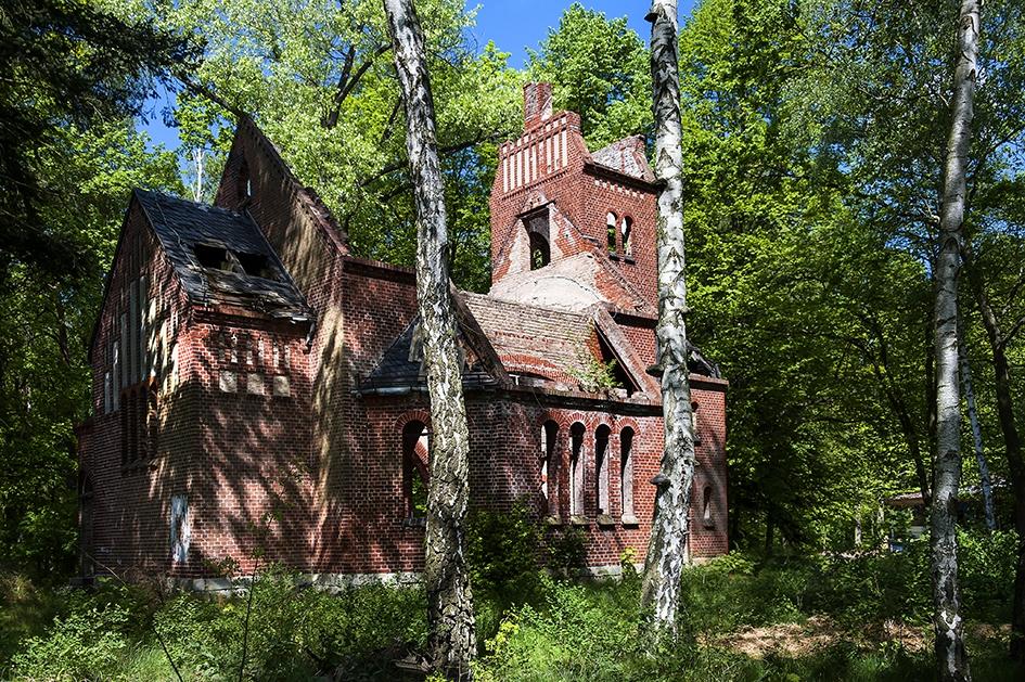 Die Kapelle am Seeufer mit ausgebranntem Turm (Foto: Rolf G. Wackenberg)